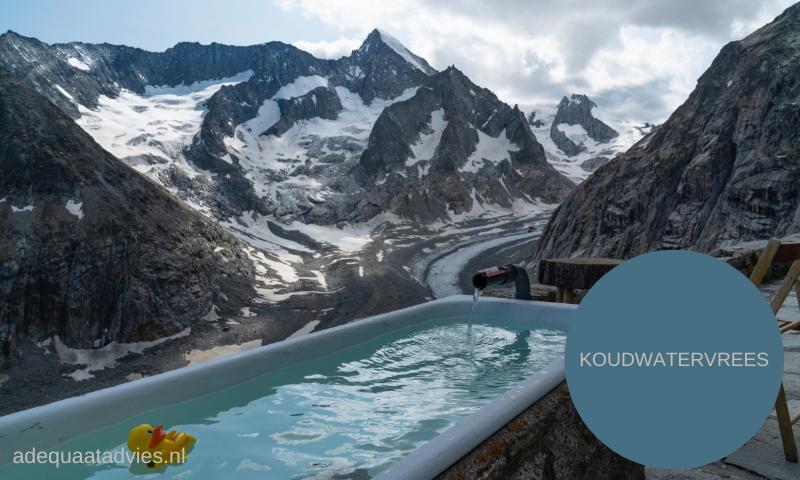 Bad in buitenlucht tussen bergen